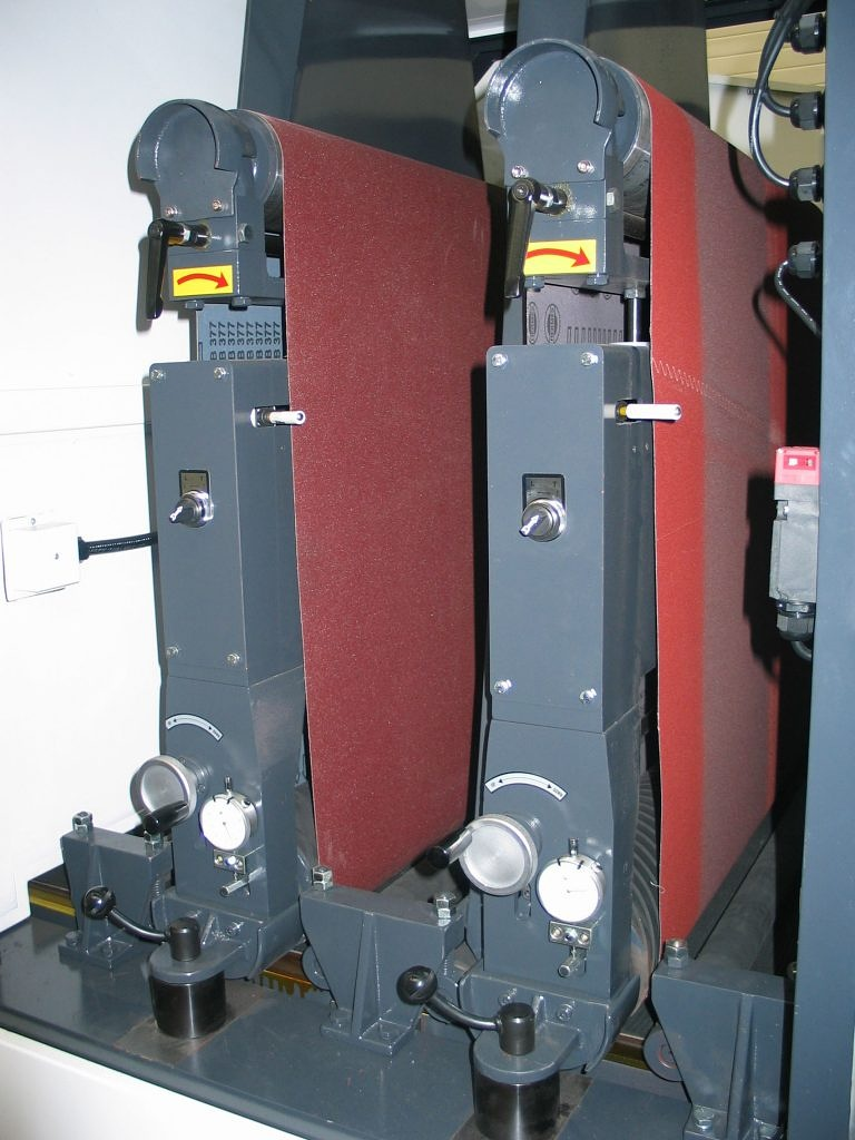 Bänder in Schleifmaschine